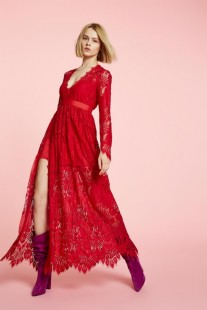 Vestido rojo largo de encaje con abertura